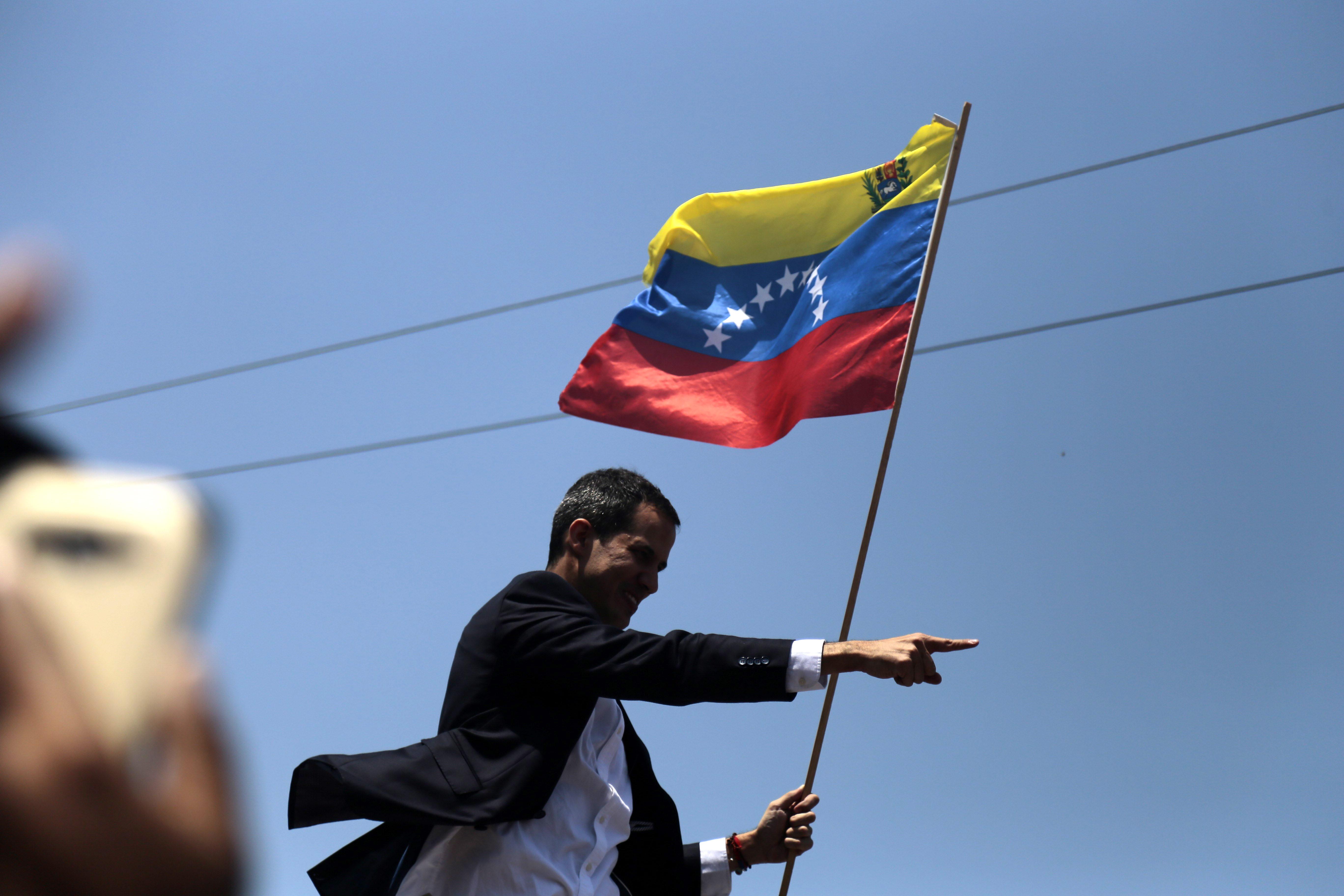 """Guaidó pede a militares que """"detenham coletivos armados"""" afetos ao regime"""