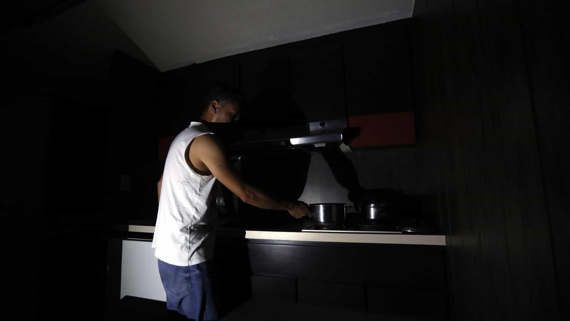 """Apagão deixa parte da Venezuela às escuras. Governo fala em """"sabotagem"""""""