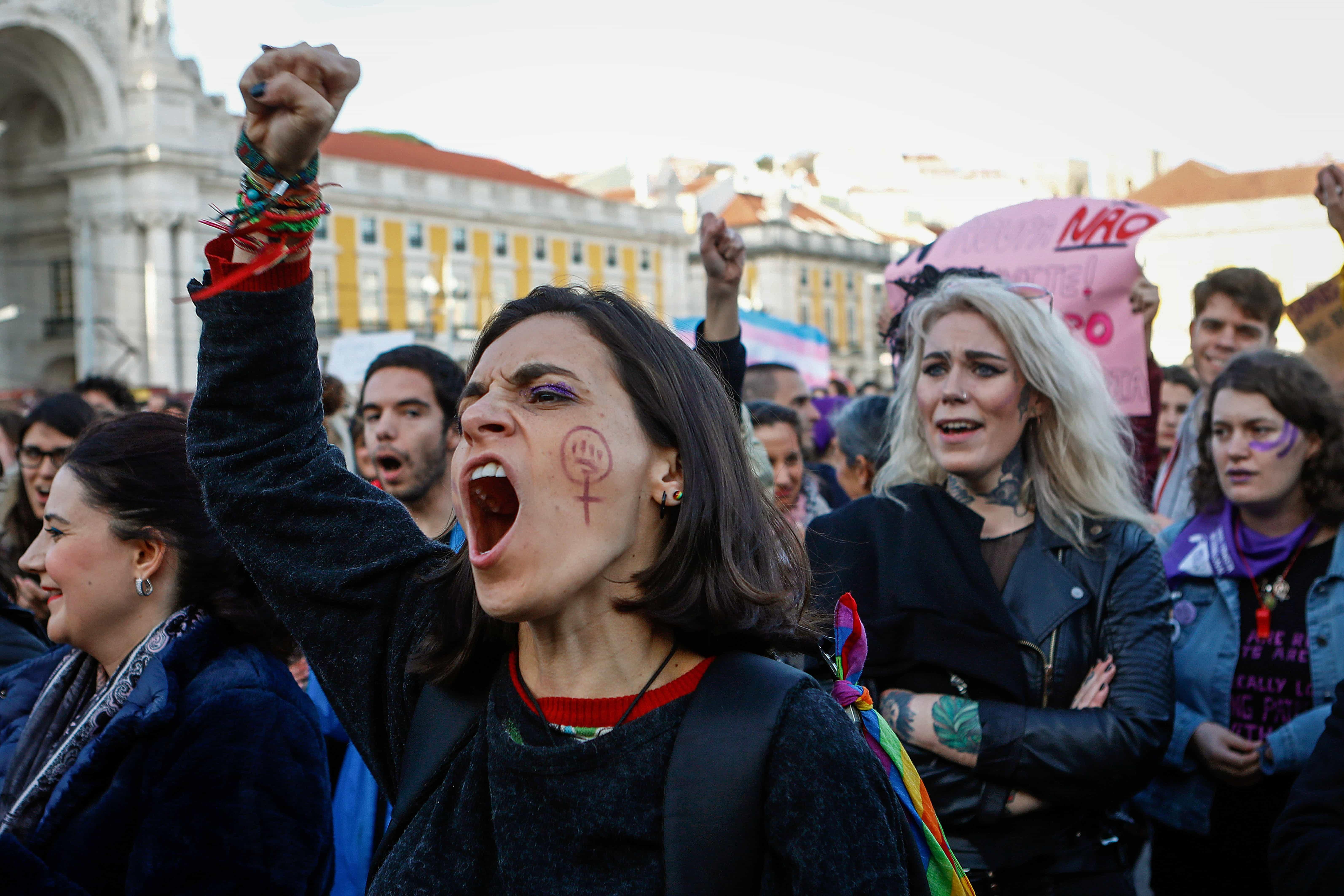 Milhares prometem mudar o mundo em manifestação feminista