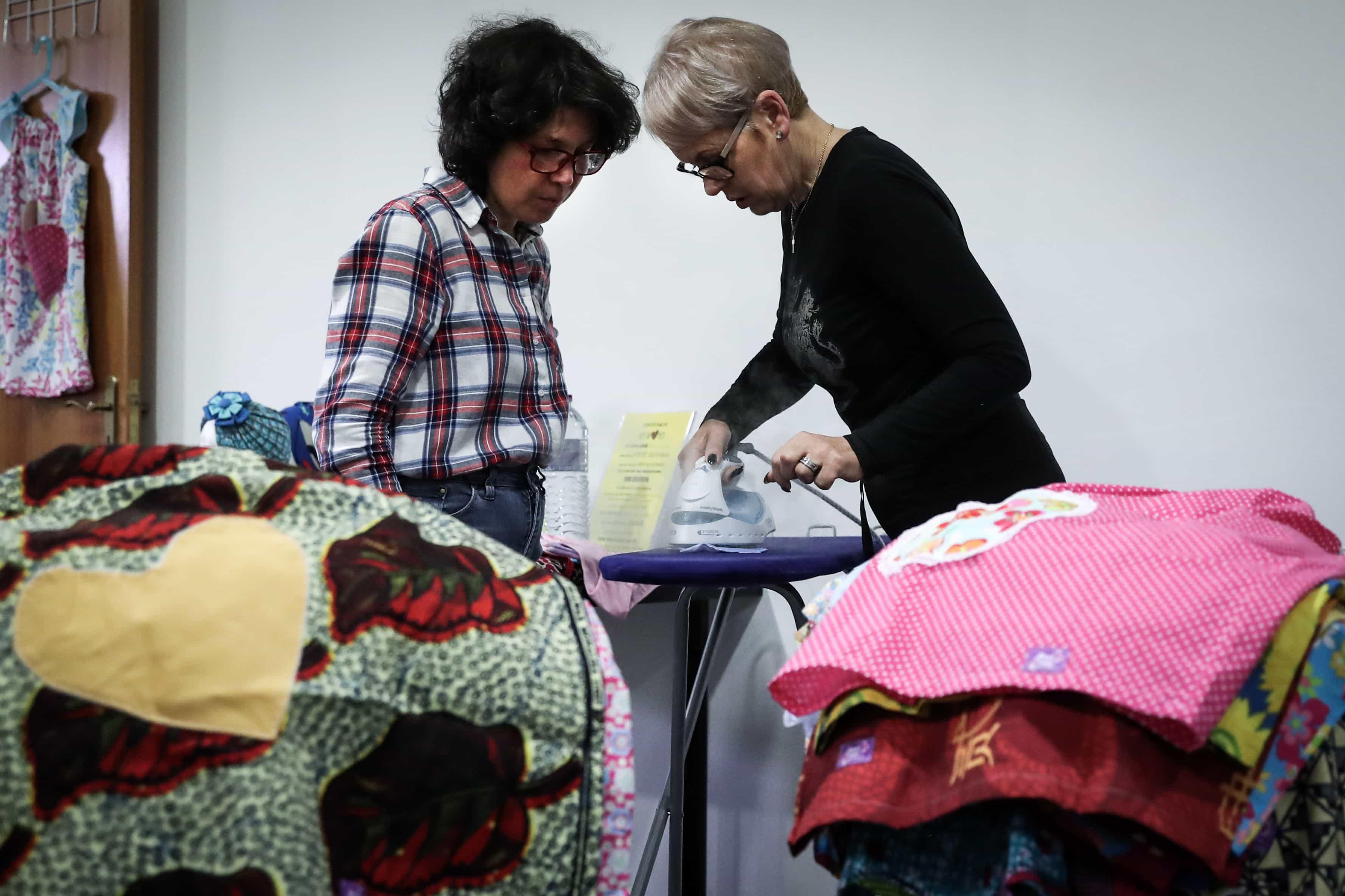 Voluntárias de Torres Vedras costuram vestidos para crianças carenciadas