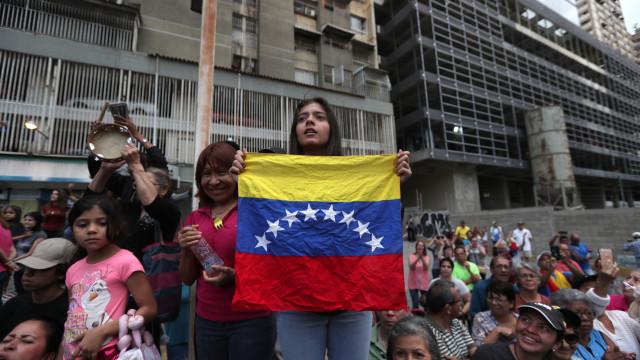 Mais da metade da Venezuela de novo às escuras e sem comunicações