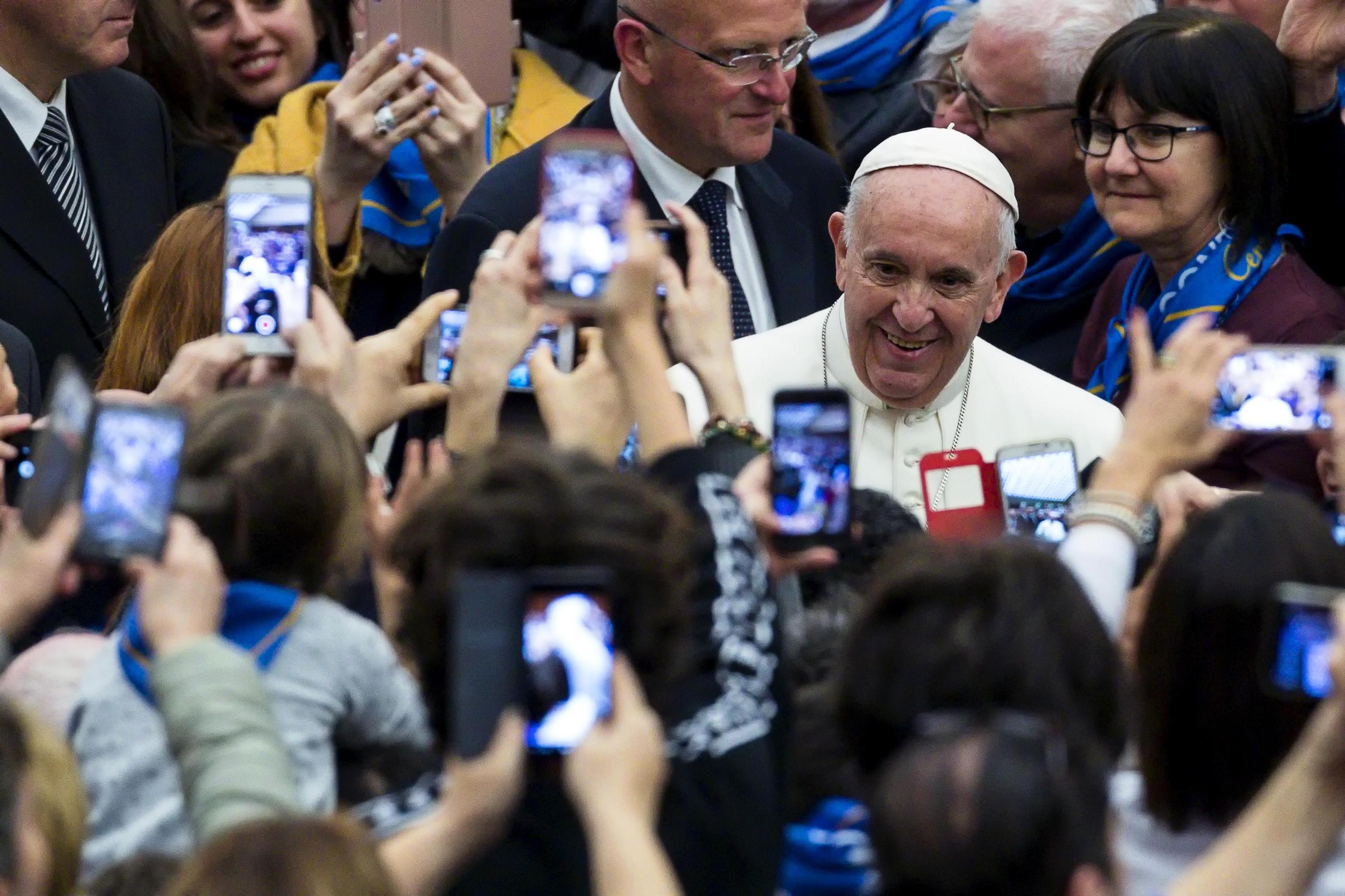 Papa recusa renúncia de cardeal francês que encobriu abuso sexual