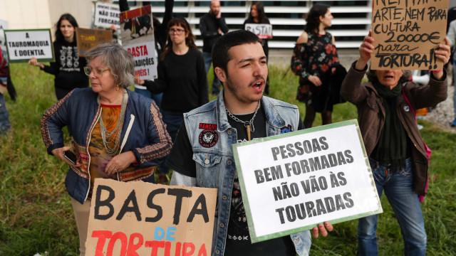 Manifestantes antitaurinos protestam em Santarém contra apoio municipal