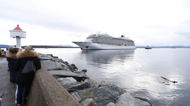 Navio cruzeiro em dificuldades desde sábado já está em porto seguro