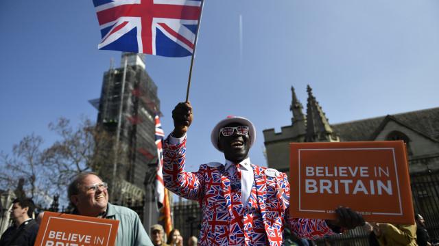 Deputados britânicos votam hoje alternativas a Brexit sem acordo