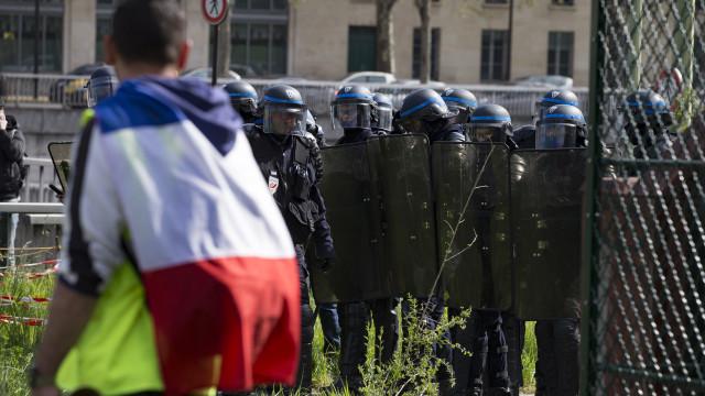 Tensão com Coletes Amarelos em Paris leva polícia a intervir