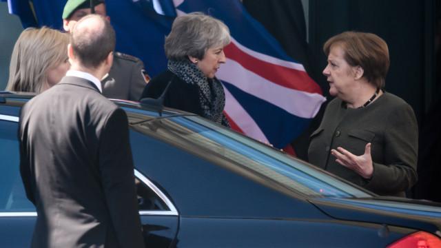 Theresa May saiu de reunião com Angela Merkel sem comentários