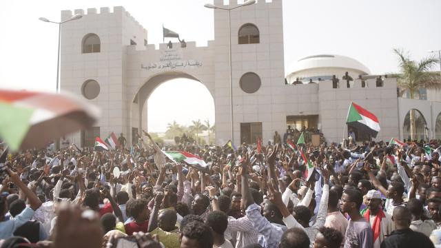 Sudão: Chefe do Conselho Militar de Transição demite-se e nomeia sucessor