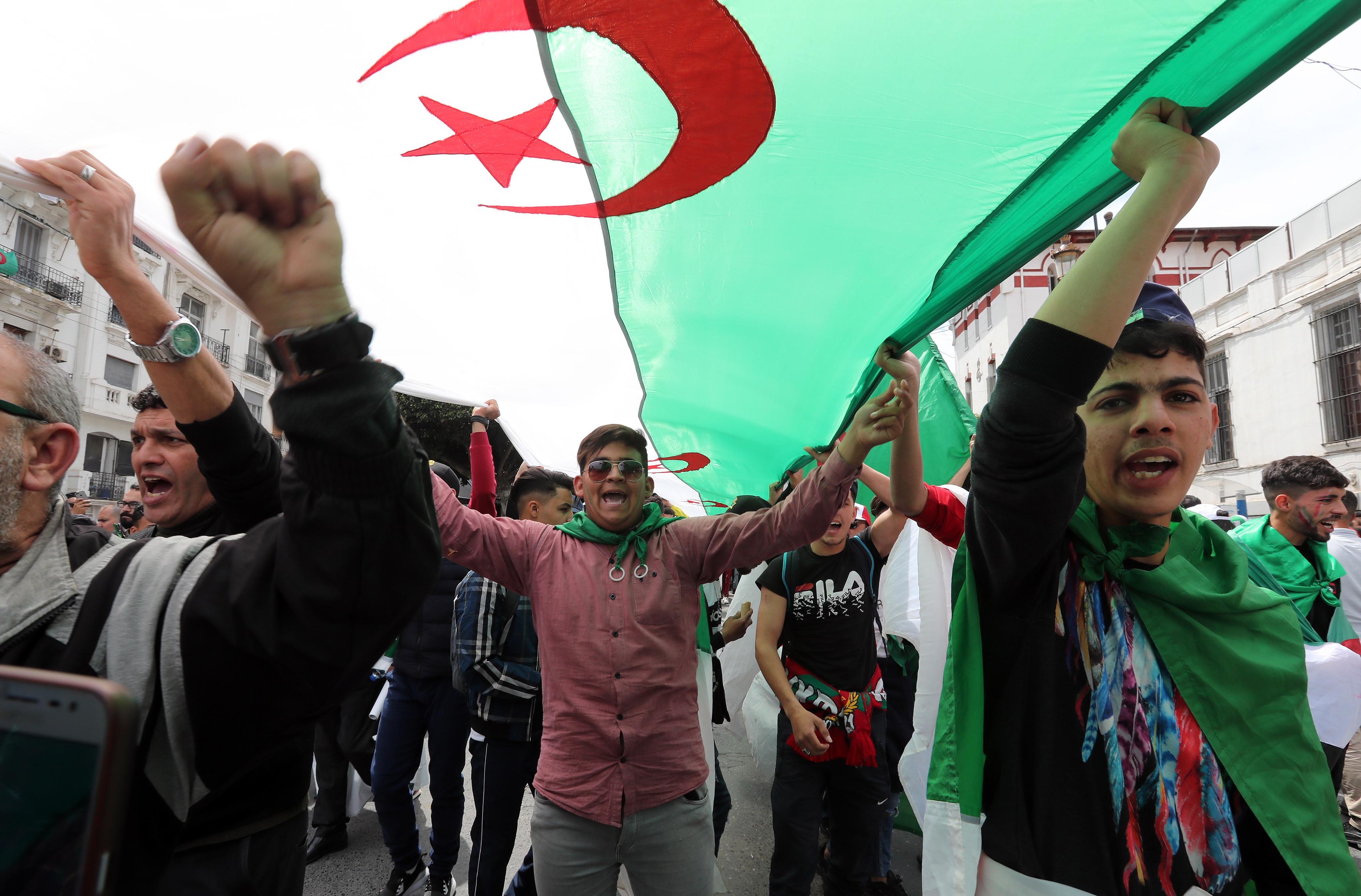 Ministro argelino impedido de sair do aeroporto por manifestantes