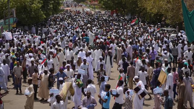 Manifestantes no Sudão pedem extradição de al-Bashir