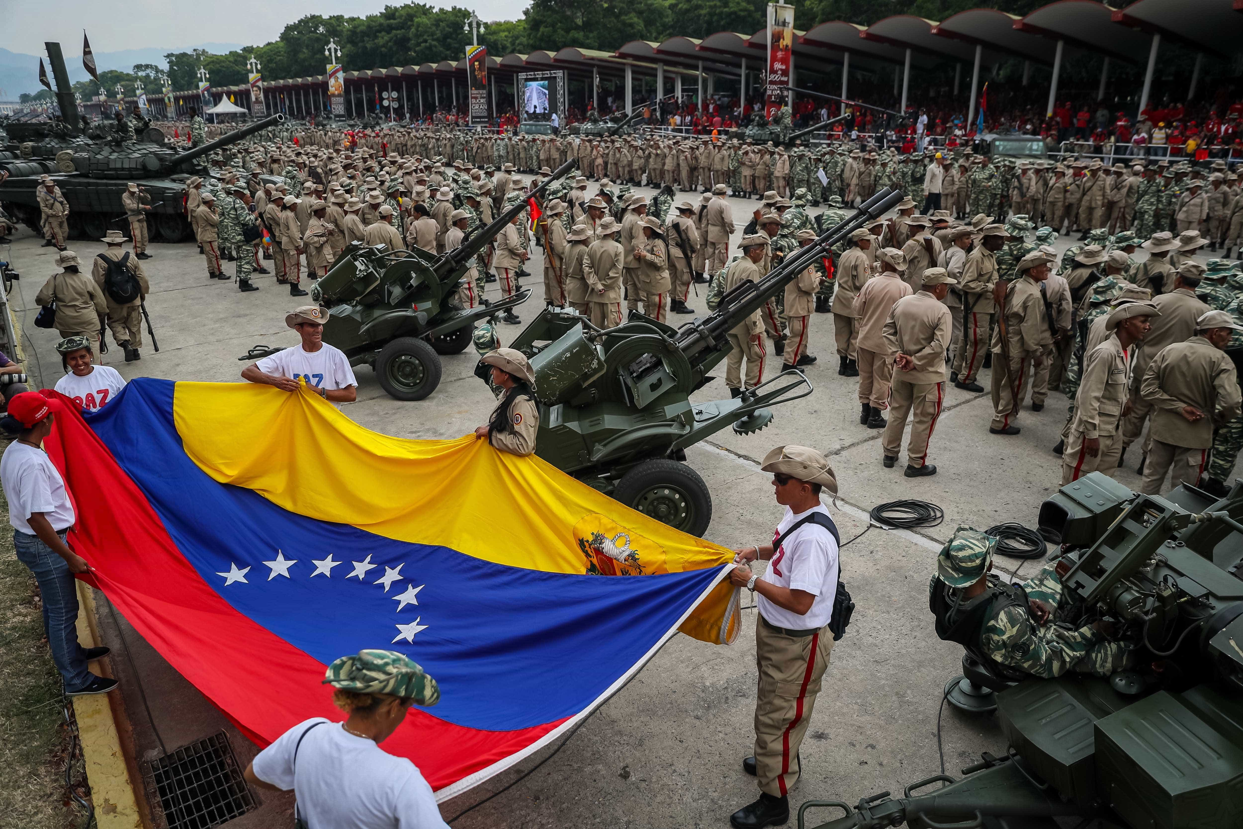 Maduro protagoniza demonstração de força com milhares de pessoas