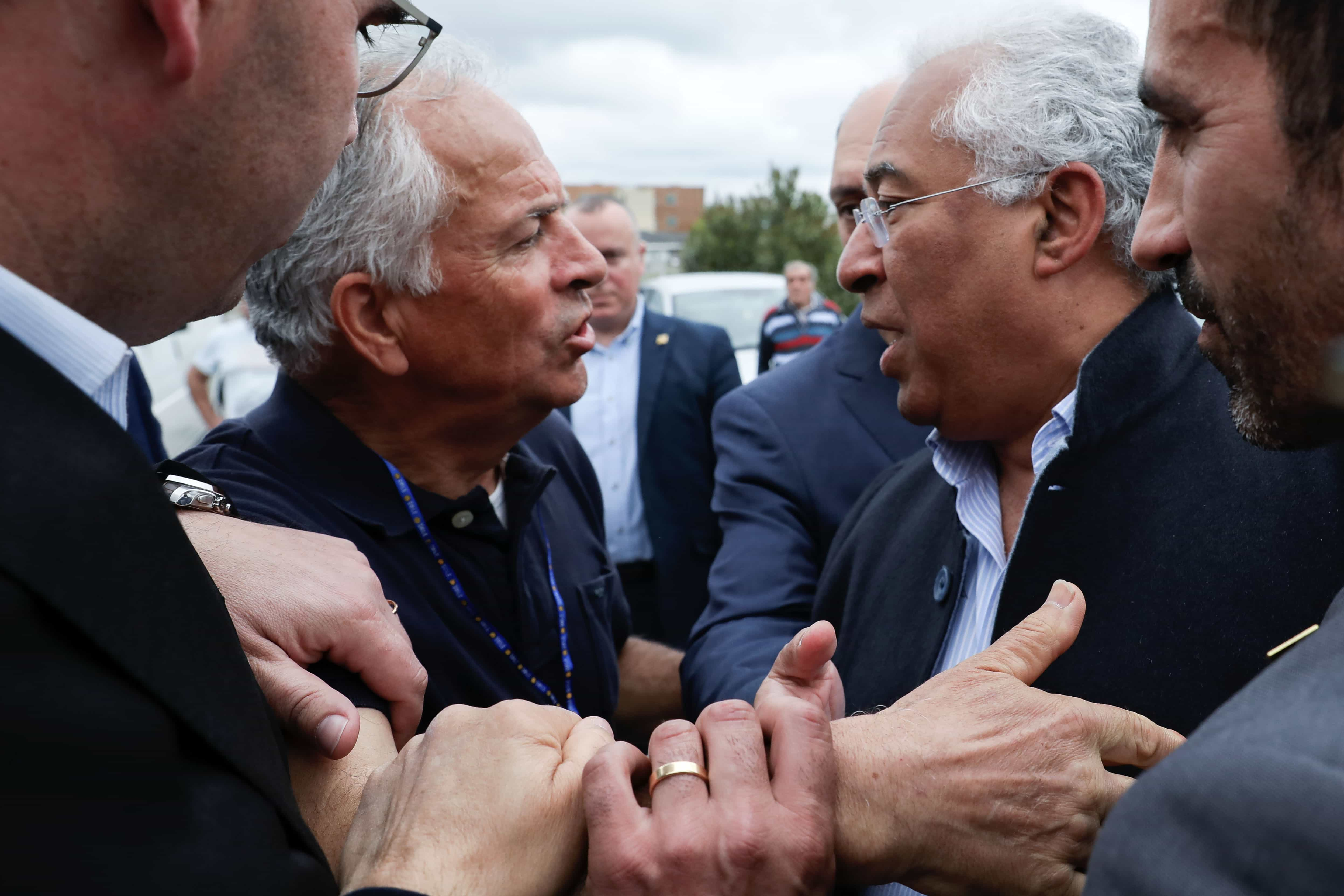 António Costa recebido em Gaia por protesto ruidoso dos lesados do BES