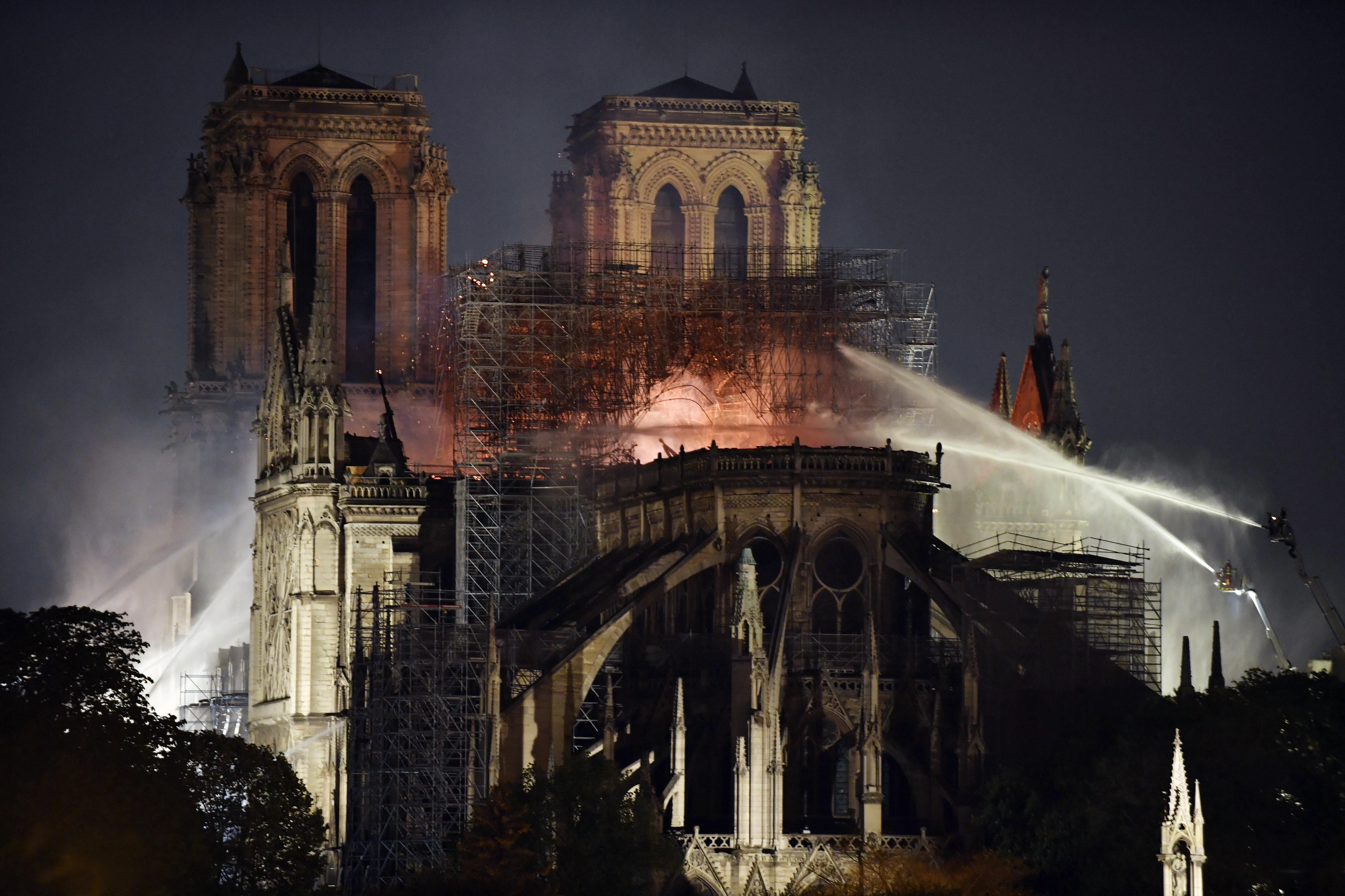 "Fogo na catedral de Notre-Dame ""sob controlo"" e ""parcialmente extinto"""
