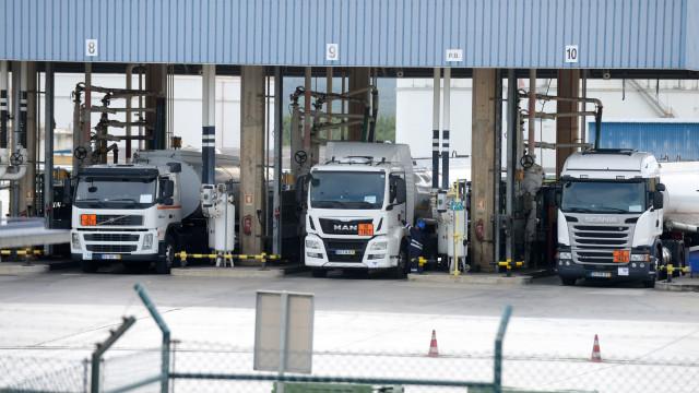 GNR escolta camiões cisterna com combustíveis que vão para o aeroporto