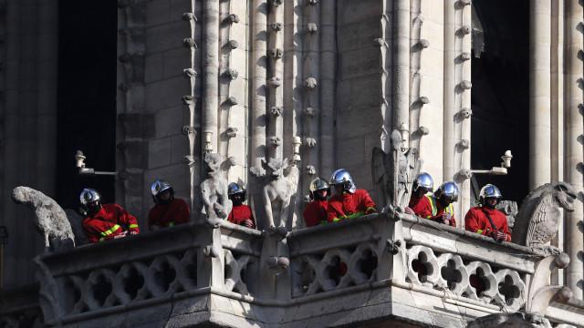 Colapso de Notre-Dame seria total se bombeiros não agissem rapidamente