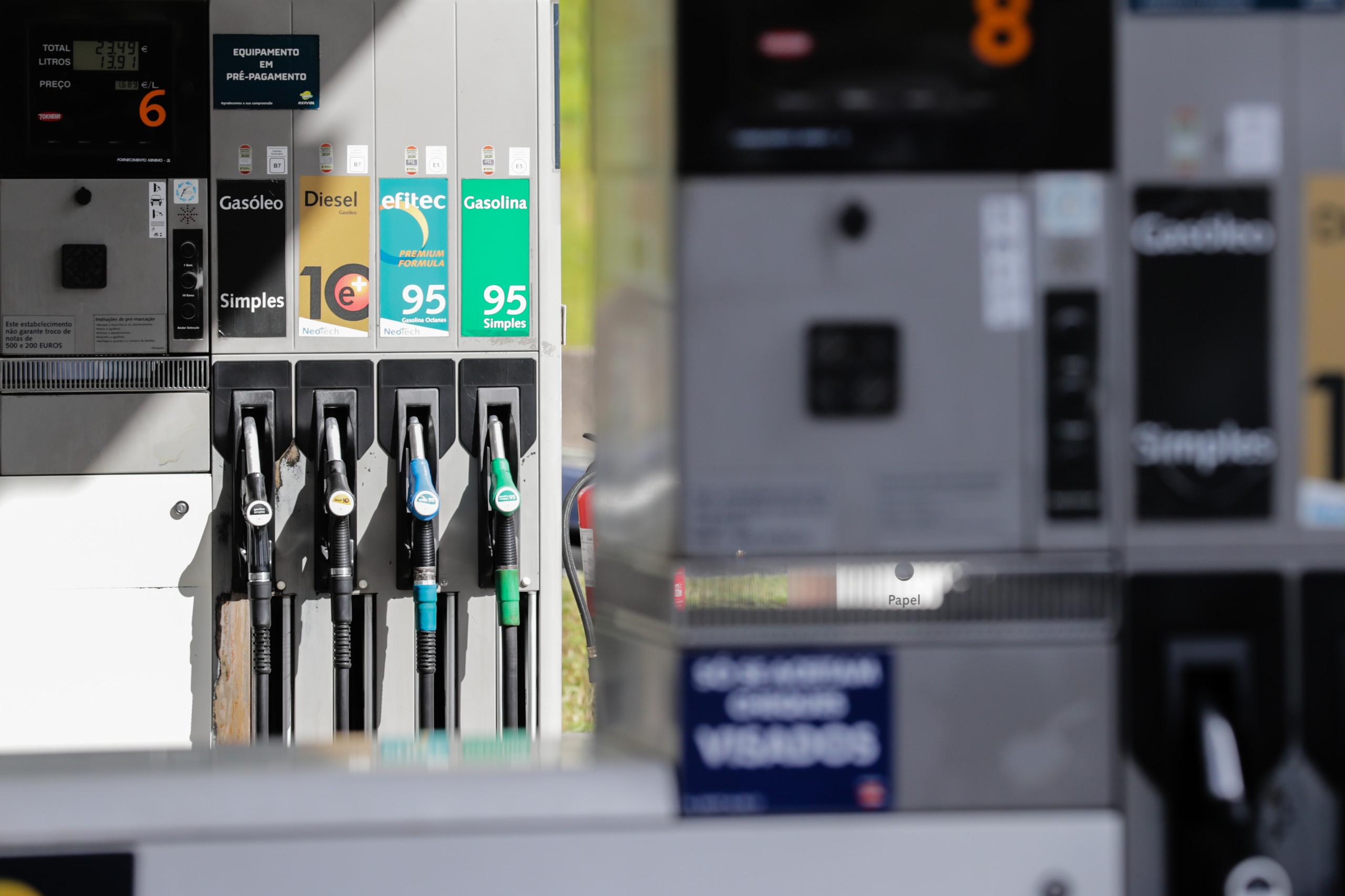 """Reposição dos 'stocks' de combustível decorre """"a bom ritmo"""""""