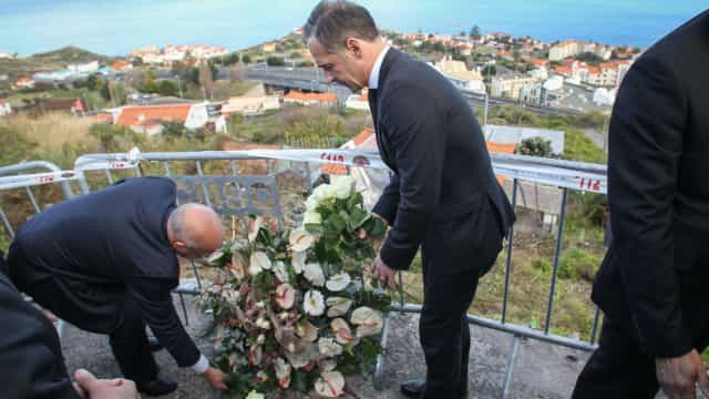 Ministros depositam coroa de flores no local do acidente na Madeira
