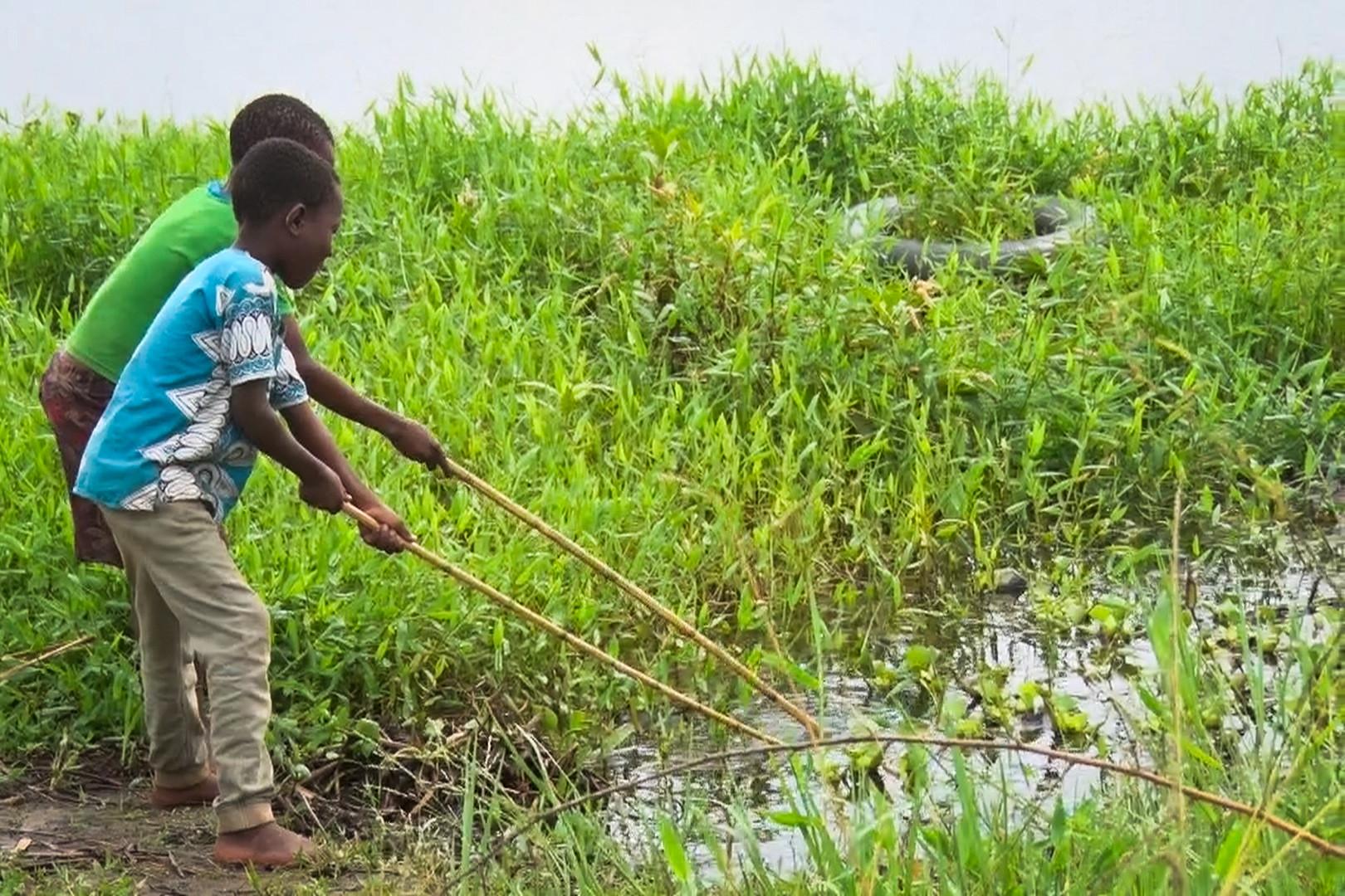 Crianças aprendem a pescar para matar a fome das famílias, em Moçambique