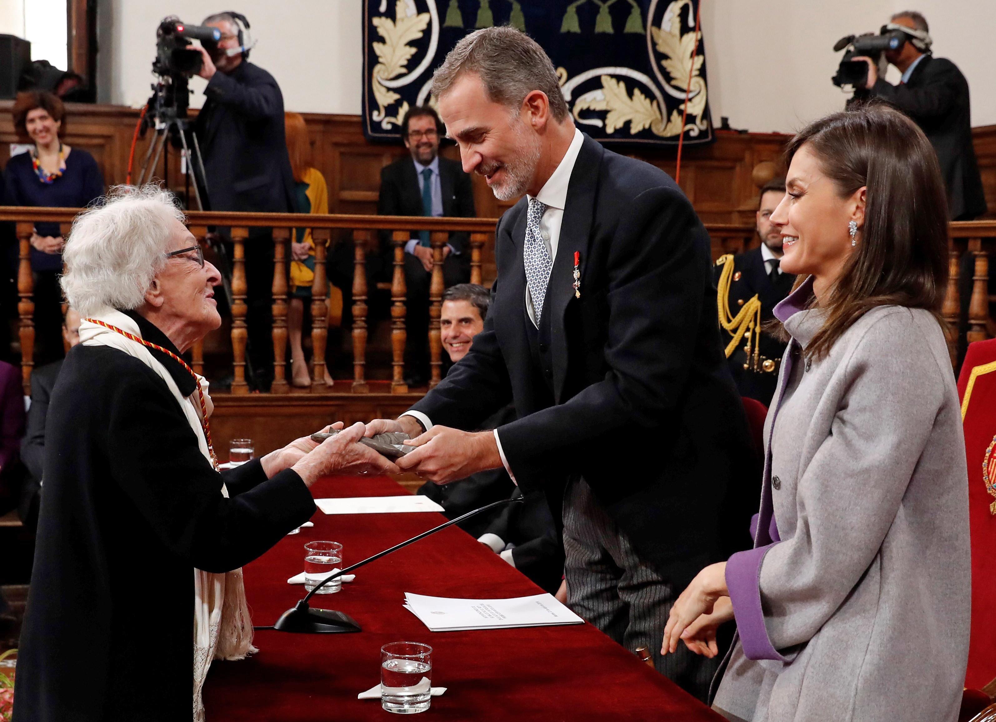 Poetisa Ida Vitale recebe Prémio Cervantes das mãos do rei de Espanha