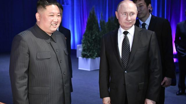 Putin diz que Kim Jong-un está pronto a avançar para a desnuclearização