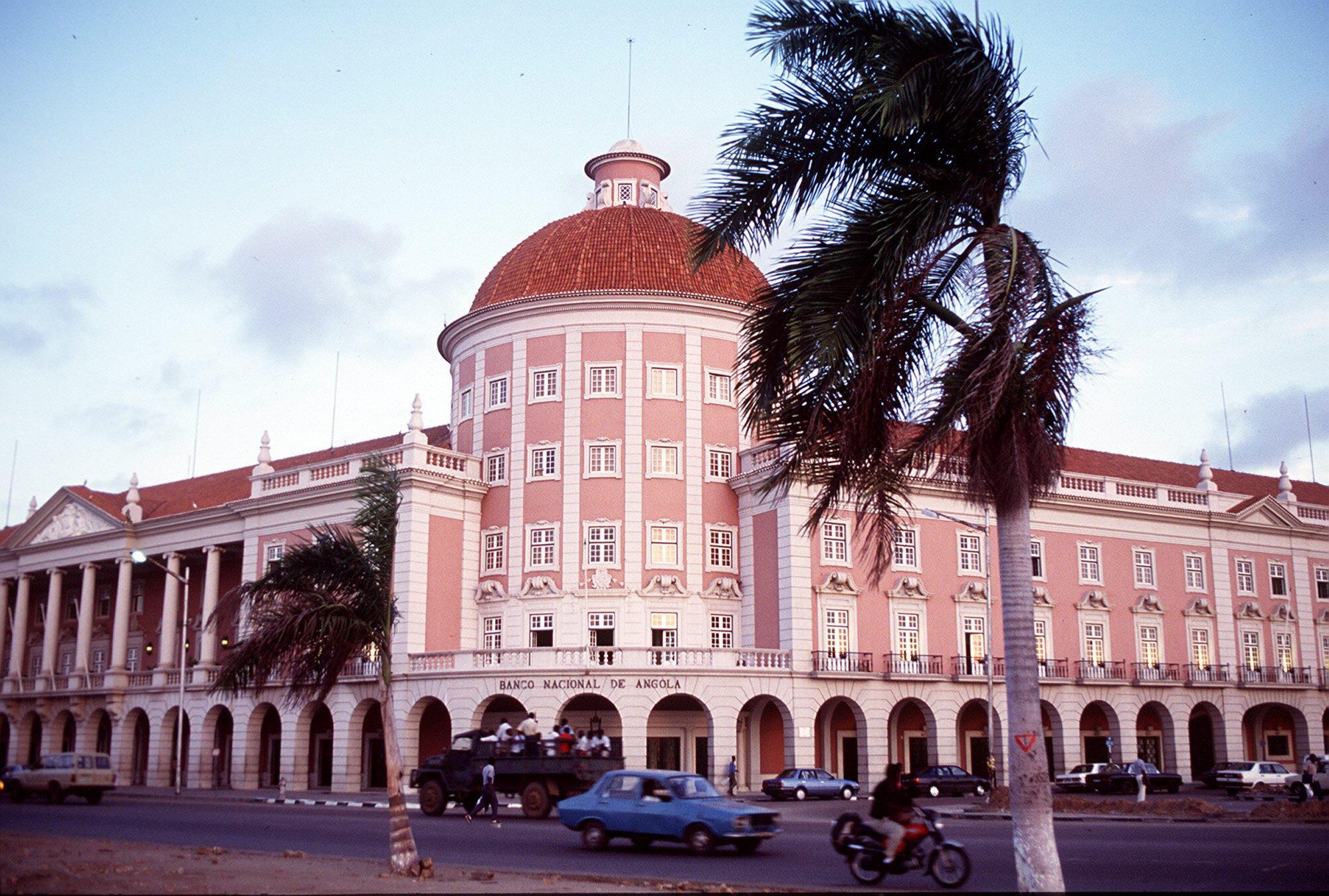Aumento de moeda externa beneficia bancos angolanos