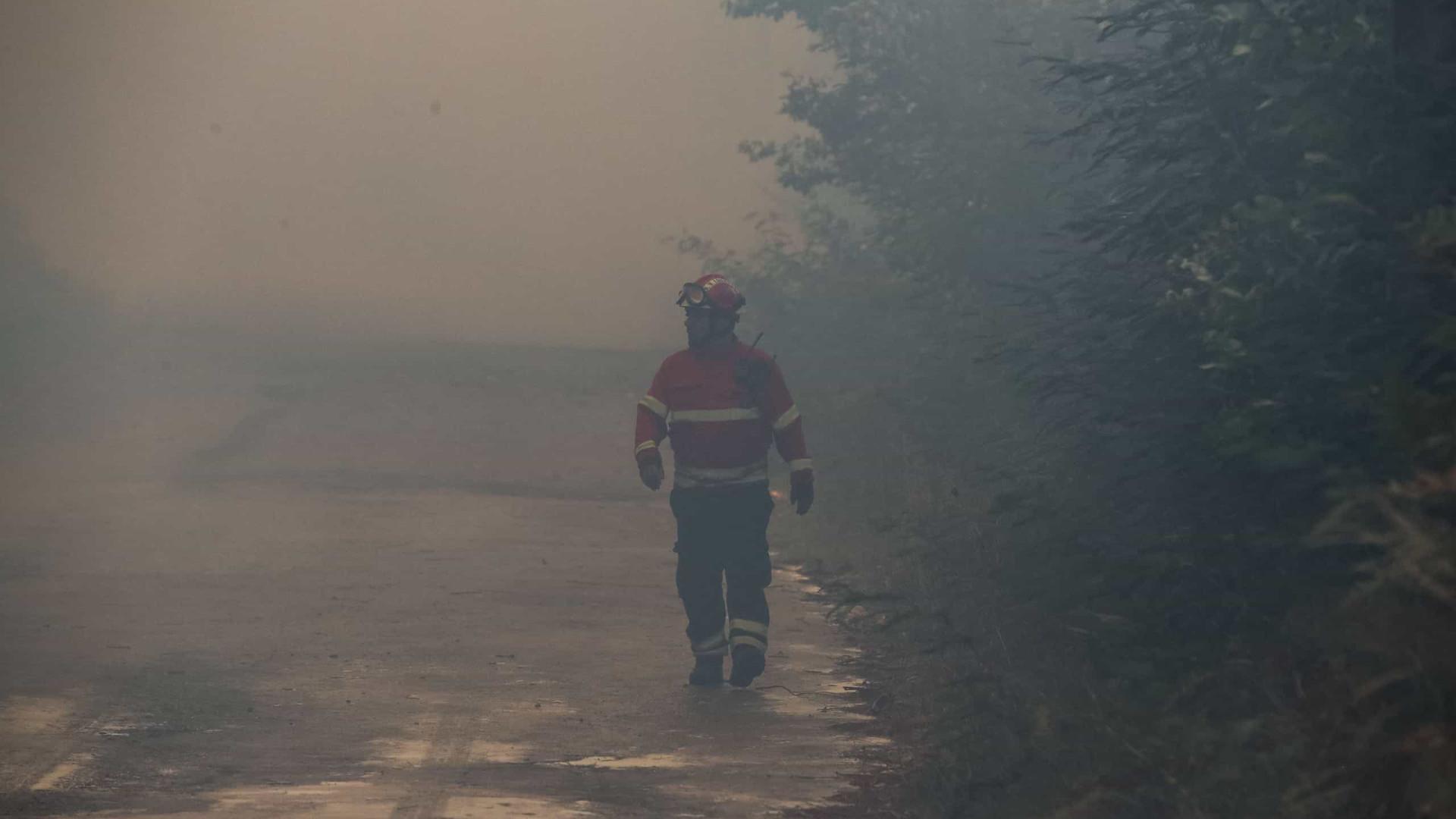 """Bombeiros de Loulé preveem """"noite muito longa"""" de rescaldos após fogo"""