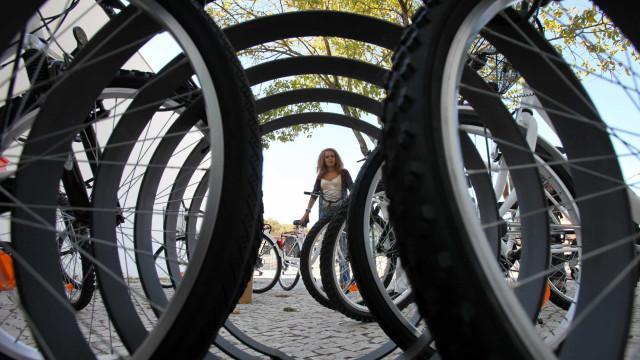 Bicicletas ou lâmpadas mais eficientes a reduzir CO2 que grandes projetos