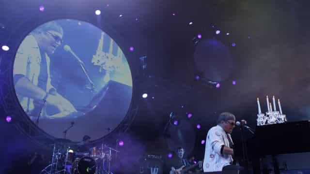 """José Cid recebe Grammy e promete continuar a cantar """"com amor e ternura"""""""
