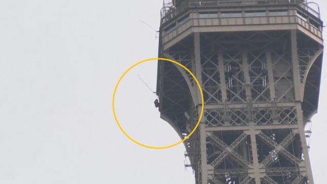 Torre Eiffel evacuada devido a homem que estava a escalar o monumento