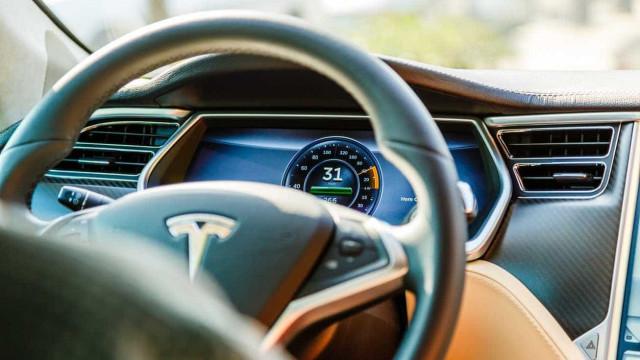 """Polícia parou condutor de Tesla que """"adormeceu ao volante com autopiloto"""""""