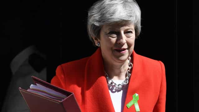 May apresenta proposta que obriga parlamento a decidir sobre referendo