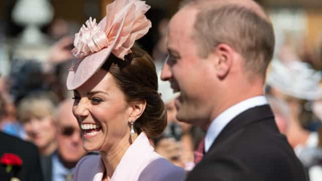 Kate Middleton encanta com visual cor-de-rosa