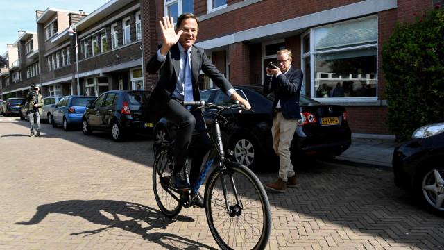 Mark Rutte vai votar de bicicleta e lembra importância da UE