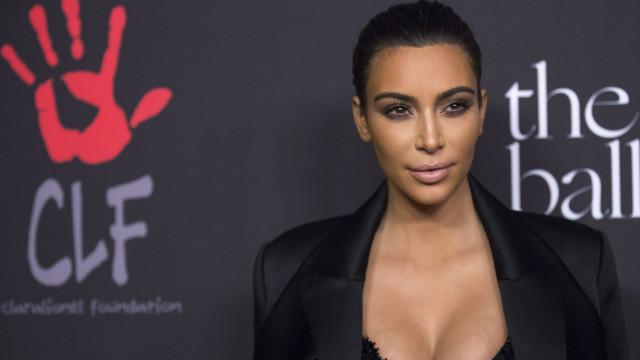 Sem sutiã, Kim Kardashian passa bons momentos na Disneyland com a filha