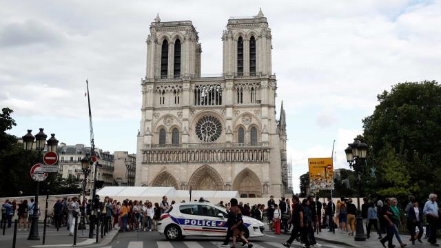 Primeira missa em Notre-Dame dois meses após o incêndio