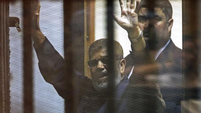Antigo Presidente egípcio enterrado discretamente e sob forte vigilância