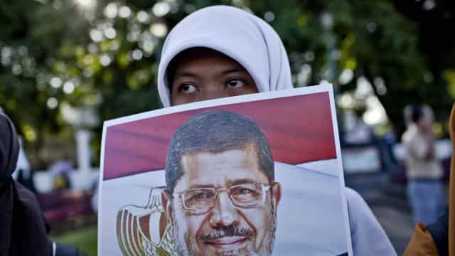 Governo egípcio rejeita acusações de negligência médica a Morsi