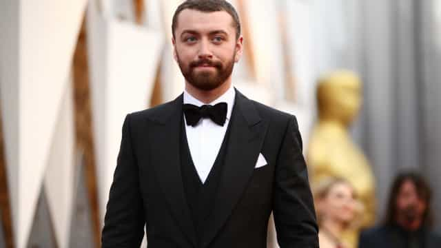 Sam Smith mostra movimentos sensuais a abanar a anca
