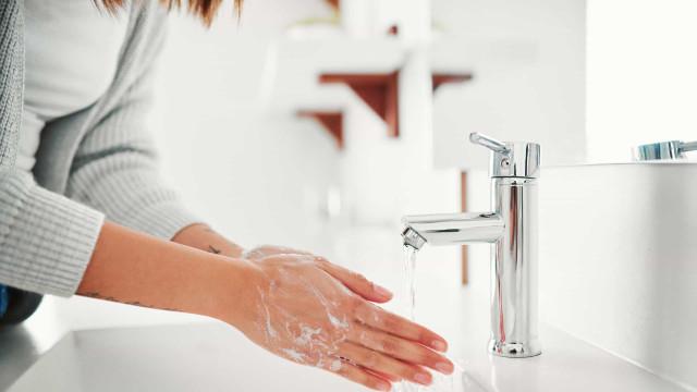 Quatro motivos pelos quais deve lavar muito bem as mãos (sempre)