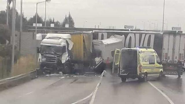 Despiste e colisão na A1 faz três feridos. Trânsito está condicionado