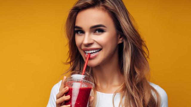Colesterol no limite? Cinco sumos naturais que reduzem níveis de gordura