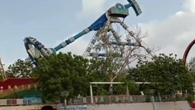 Vídeo capta momento em que carrossel parte e faz dois mortos na Índia