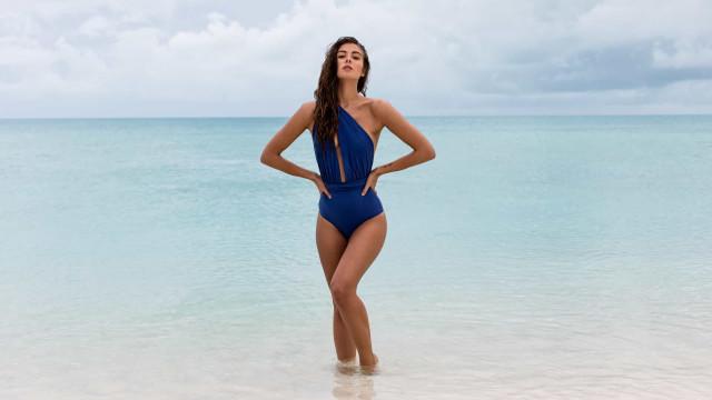 Os biquínis e fatos de banho sensação deste verão chamam o azul do mar