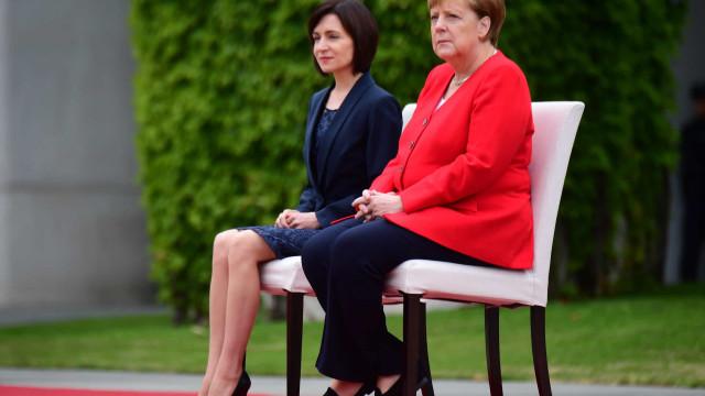 Chanceler Merkel volta a sentar-se durante honras militares