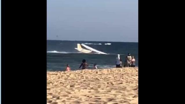 Avião faz amaragem de emergência em praia dos EUA