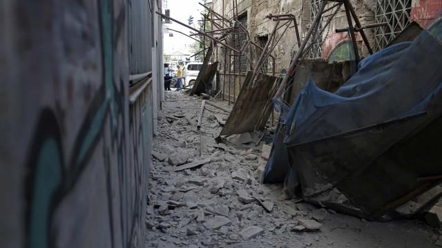 Sismo sentido em Atenas provoca quatro feridos e danos em prédios