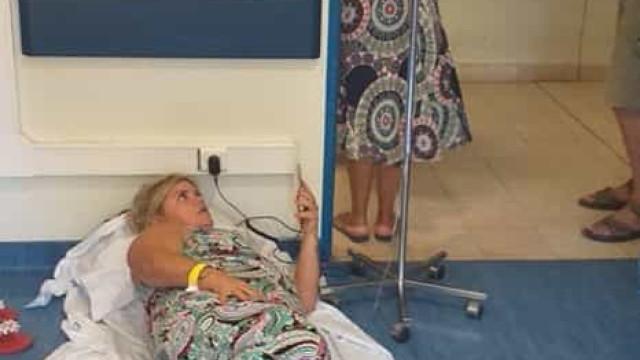 Mulher deitada no chão a receber medicamento? Hospital desmente
