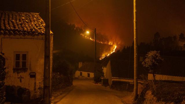 """Frente de fogo """"descontrolada"""" em Vila de Rei mas habitações protegidas"""