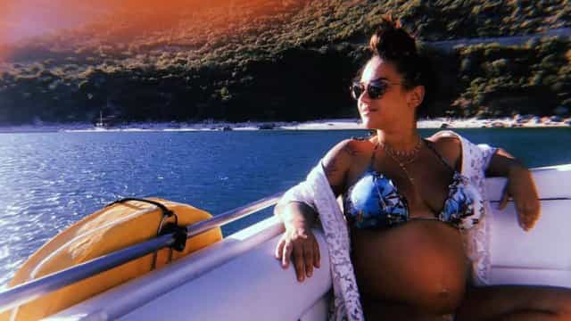 Em biquíni, quase a ser mãe, Joana Diniz desfruta de passeio de barco
