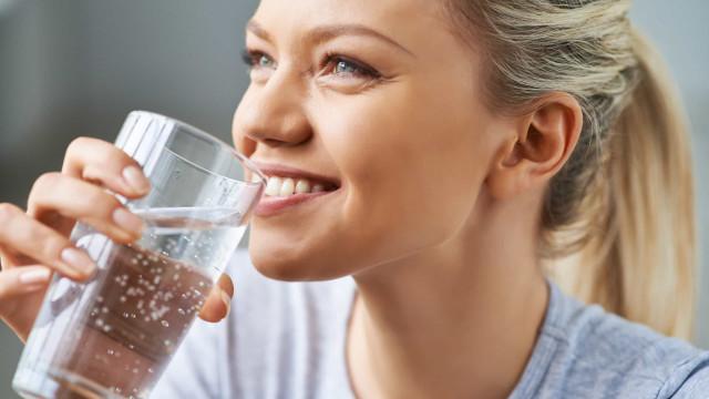 Dez sinais que o seu corpo dá quando não bebe água suficiente